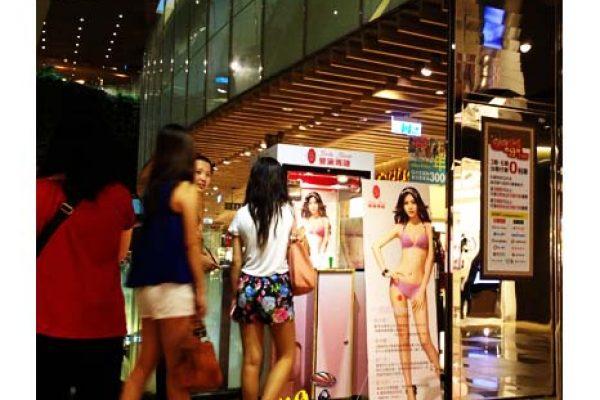 曼黛瑪蓮百貨公司年中慶-客制化夾娃娃機全省巡迴