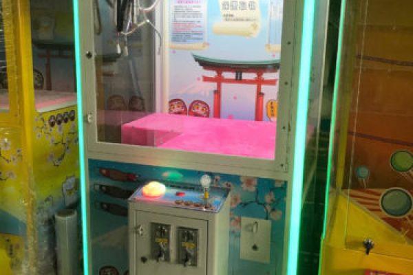 年中慶 百貨 活動 LED燈色彩變換 白色招財貓娃娃機 夾娃娃機 禮品販賣機 超夯無人店